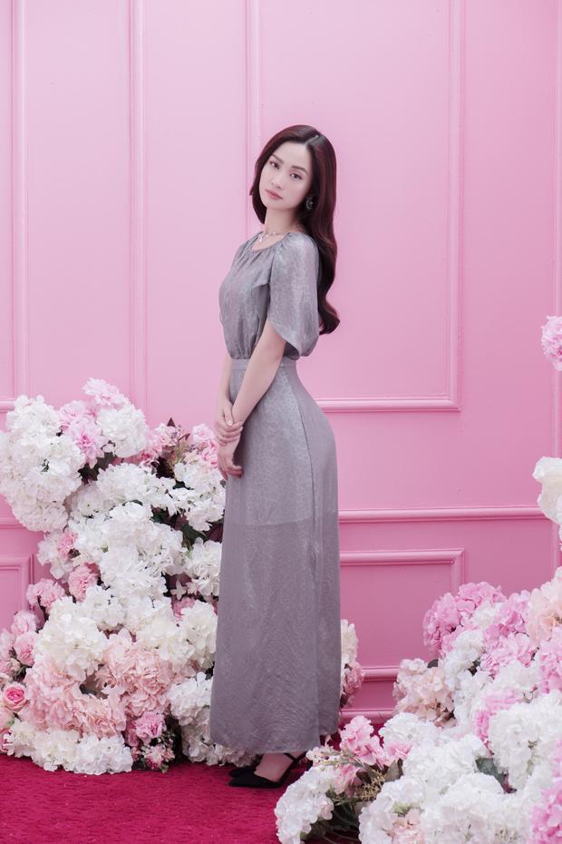 Sở hữu vẻ đẹp dịu dàng và trong sáng, Jun Vũ thật sự tỏa sáng trong tác phẩm thiết kế nữ tính này.