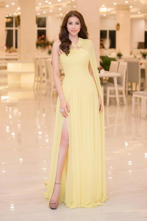 """Phạm Hương từng diện thiết kế này trong sự kiện kỷ niệm 10 năm Hoa hậu Hoàn vũ Thế giới 2008 được tổ chức tại Việt Nam. Cô vô cùng quyến rũ khi cô chọn mái tóc xoăn bồng bềnh dễ """"thôi miên"""" người đối diện."""