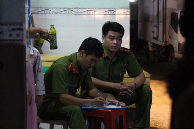 Lực lượng chức năng tiến hành lấy lời khai, điều tra làm rõ vụ việc.