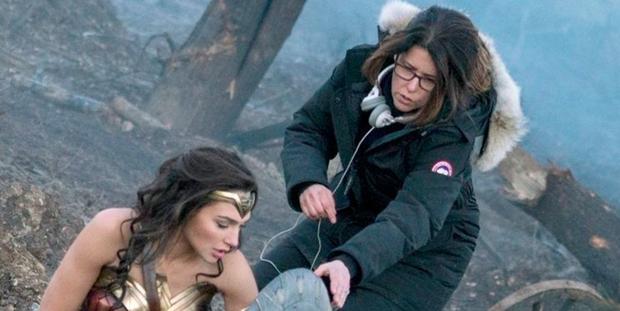 """Patty Jenkins và Gal Gadot trên phim trường """"Wonder Woman"""""""