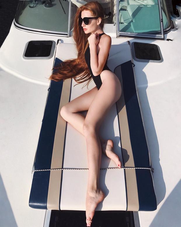 Ngoài mái tóc ấn tượng, người đẹp Nga còn sở hữu vóc dáng mướt mát với số đo ba vòng chuẩn. Mỗi bức ảnh diện bikini được đăng tải trên mạng xã hội của cô đều thu hút rất nhiều lượt like của cộng đồng mạng.
