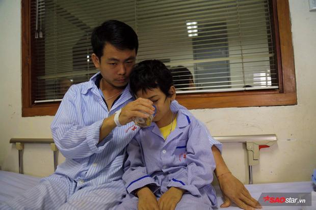 Hằng ngày hai cha con cùng chăm sóc nhau tại viện.