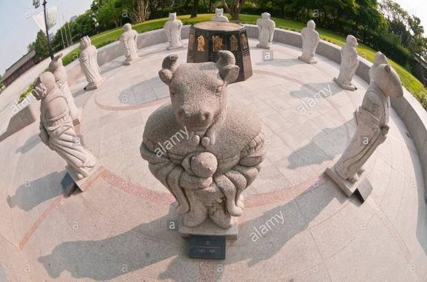 Không chỉ Trung Quốc mà ngay cả Hàn Quốc cũng trưng bày những bức tượng được điêu khắc theo 12 con giáp. Những bức tượng này được đặt bên ngoài Bảo tàng Dân tộc Quốc gia, thủ đô Seoul. Ảnh: Alamy