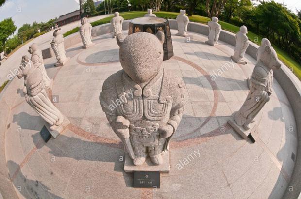 Các bức tượng được thiết kế theo phong cách trang nghiêm.Ảnh: Alamy