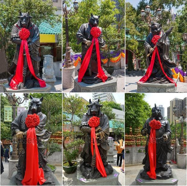Vào những dịp lễ đặc biệt, các bức tượng còn cầm hoa đỏ truyền thống.Ảnh: Lense Moments
