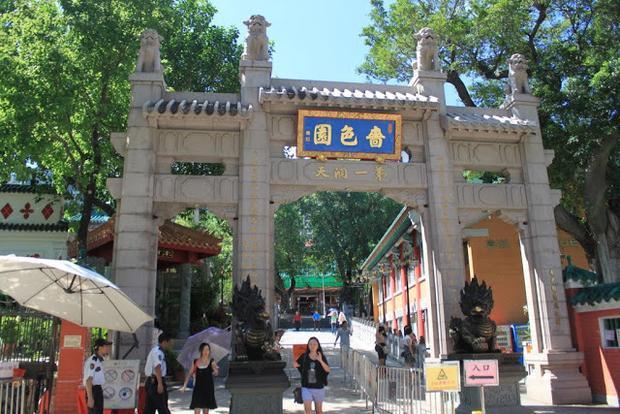 Ngay ở trước cổng vào ngôi chùa cũng đặt hai tượng rồng uy nghi.Ảnh: Lense Moments