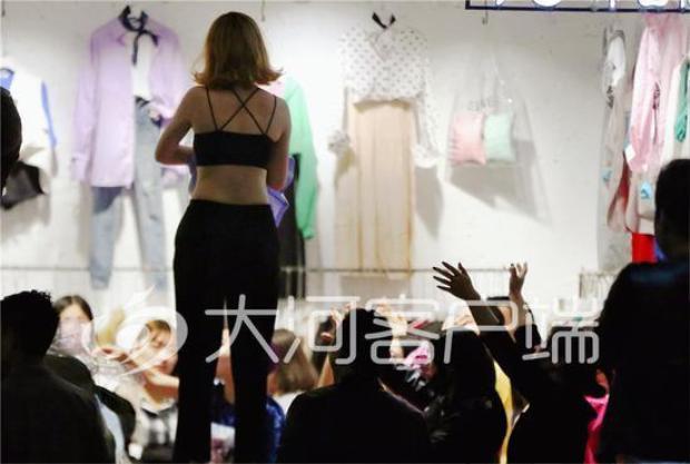 Thử đồ nơi công cộng, công việc này nghe có vẻ lạ nhưng đó lại là một nghề đang rất hot tại các khu chợ quần áo ở Trịnh Châu, Trung Quốc.