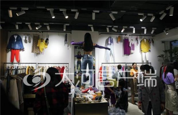Hoặc người thử đồ sẽ phải thử những bộ quần áo mà khách hàng yêu cầu. Thậm chí, các khách hàng còn được phép chụp ảnh, quay lại lúc người thử đồ đã mặc đồ xong.