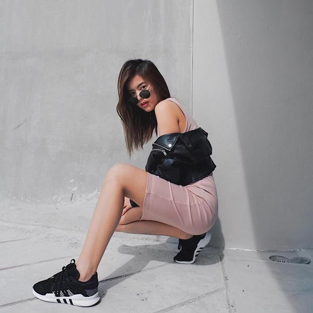 Váy dáng dài phối với áo khoác biker da cùng giày sneaker là sự lựa chọn củaTrúc Anh The Face khi xuống phố.
