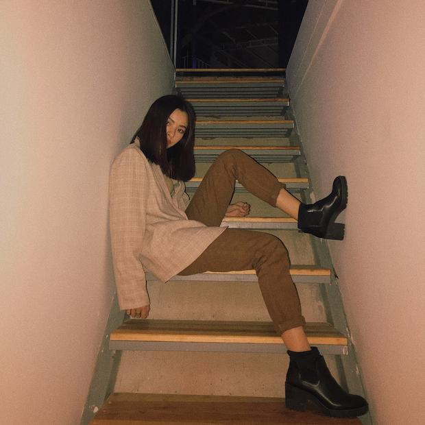 Tú Hảo lựa chọn set đồ mang tông nâu đất. Đôi giày boots làm tròn sứ mệnh giúp người đẹp tăng thêm chiều cao.