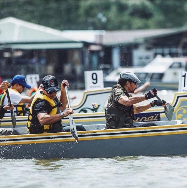 Mateen chèo thuyền chuyên nghiệp chẳng khác nào vận động viên thứ thiệt.