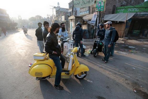 """Bản thân anh Nagra cũng sở hữu một chiếc xe Vespa cổ được nhập khẩu vào năm 1974. """"Đó là chiếc xe đầu tiền của cha tôi. Tôi đã thích nó ngay từ cái nhìn đầu tiên"""", anh Nagra chia sẻ. Anh cũng cho biết, các thành viên trong câu lạc bộ của anh thường tụ tập vào buổi sáng, khi mặt trời vừa mọc, để đi con xe Vespa cổ lượn quanh thành phố Lahore."""