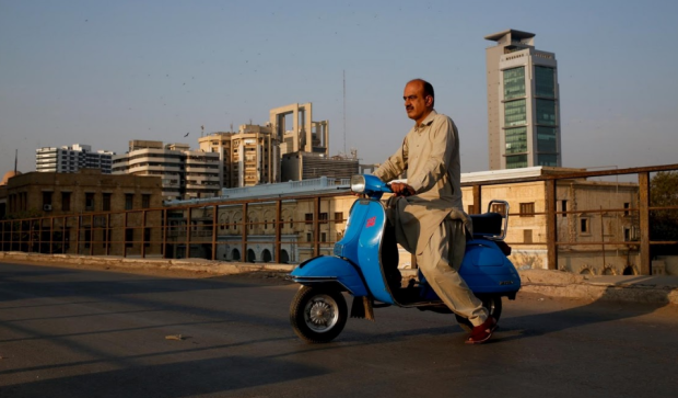 Tại Lahore, gần biên giới Ấn Độ, chủ xe Vespa thường phải sử dụng các bộ phận chất lượng thấp do Ấn Độ chế tạo ra để thay thế cho chiếc xe của mình hoặc phải yêu cầu thợ cơ khí chế tạo các bộ phận xe mới từ đầu.