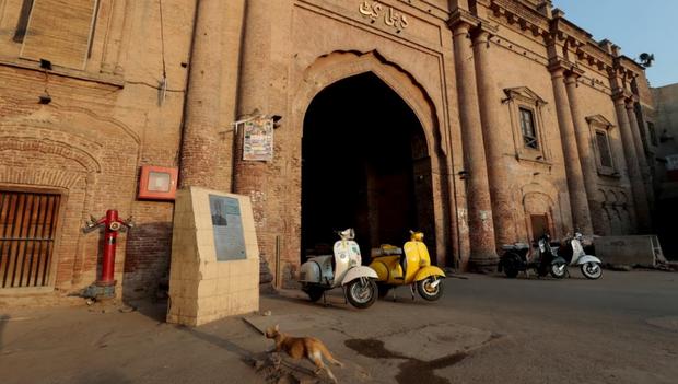 Hiện tại, do giá thành rẻ nên việc sở hữu một chiếc xe máy đời cũ ở Pakistan không hề khó. Điều này giúp những người dân nghèo cải thiện đáng kể cuộc sống của họ. Tuy nhiên, theo anh Narga, nhóm trưởng câu lạc bộ Vespa cổ ở Lahore, một công ty tại địa phương nói rằng, những mẫu xe Vespa mới nhất sẽ được bày bán ở Pakistan vào cuối năm nay.