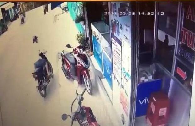 Sau khi cướp được điện thoại, đối tượng nhanh chóng lên xe tẩu thoát. Ảnh cắt từ clip.
