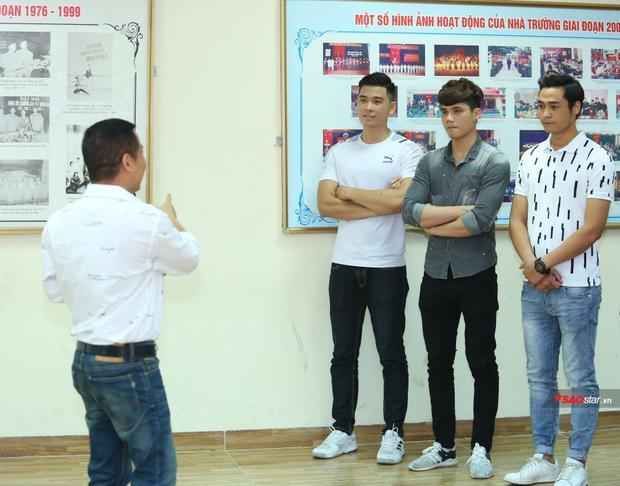 Việt Anh cùng các thí sinh chăm chú lắng nghe chuyên gia Hoàng Ngọc Sự truyền đạt kinh nghiệm.
