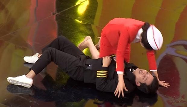 """Cả hai suýt có màn """"hô hấp nhân tạo"""" trên sân khấu."""