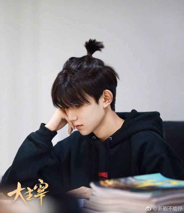 Vương Nguyên buộc tóc củ tỏi chăm chú đọc kịch bản