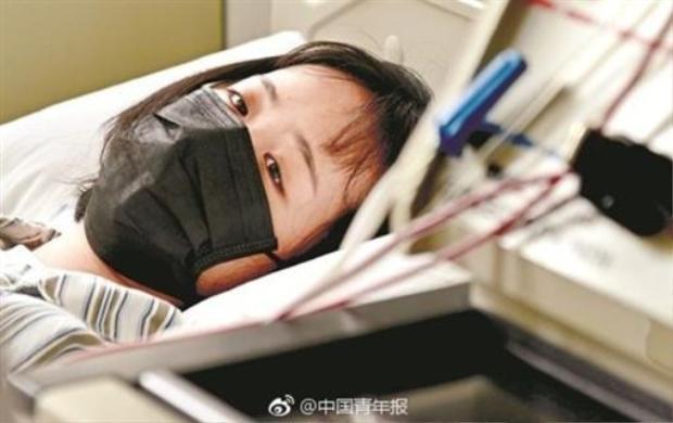 Dương nằm trên giường bệnh để truyền máu sang cho cha mình.