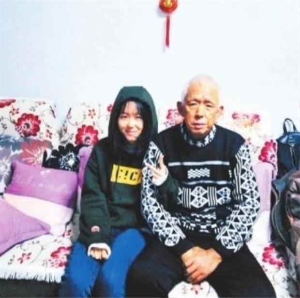 Dương và người cha đáng kính của cô bé, ông Quốc.