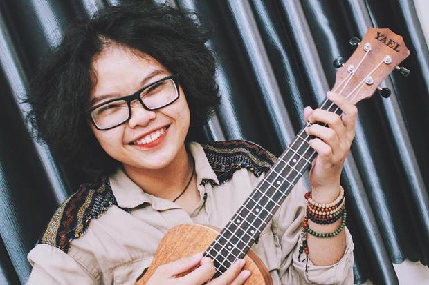 Cô thường khoe tài năng ukulele và guitar trong các clip cover của mình.