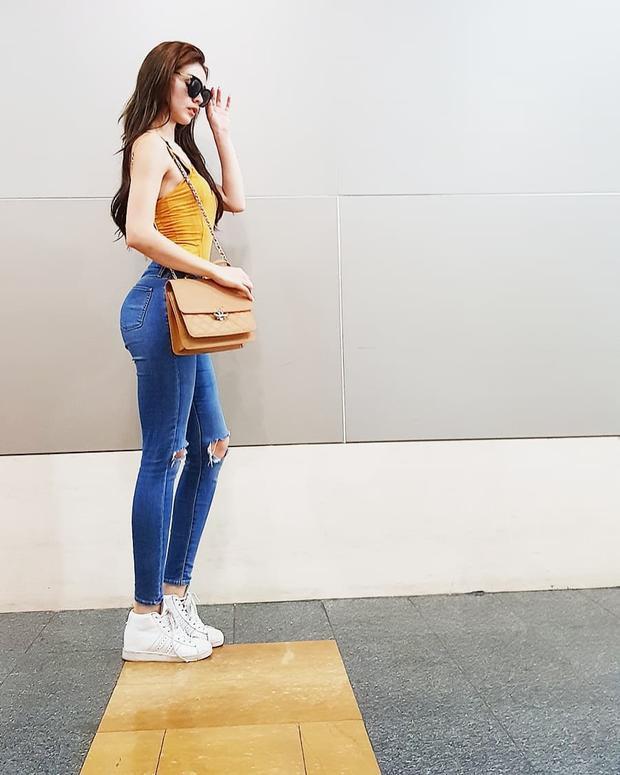 Mặc ai ăn diện cầu kỳ, MLee cứ đơn giản với áo hai dây cùng quần jeans ôm khoe khéo vòng ba là đã đủ tự tin, tỏa sáng.