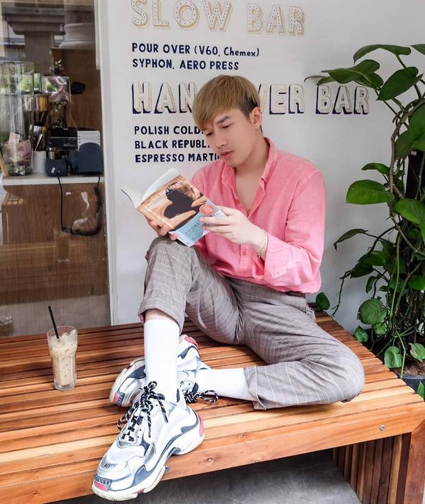 Diện áo sơ mi hồng nhưng Lê Minh Ngọc trông vẫn rất nam tính, bởi anh chàng stylist đã tinh tế phối cùng quần xám kẻ cùng giày sneaker thể thao, đem lại vẻ ngoài mạnh mẽ.