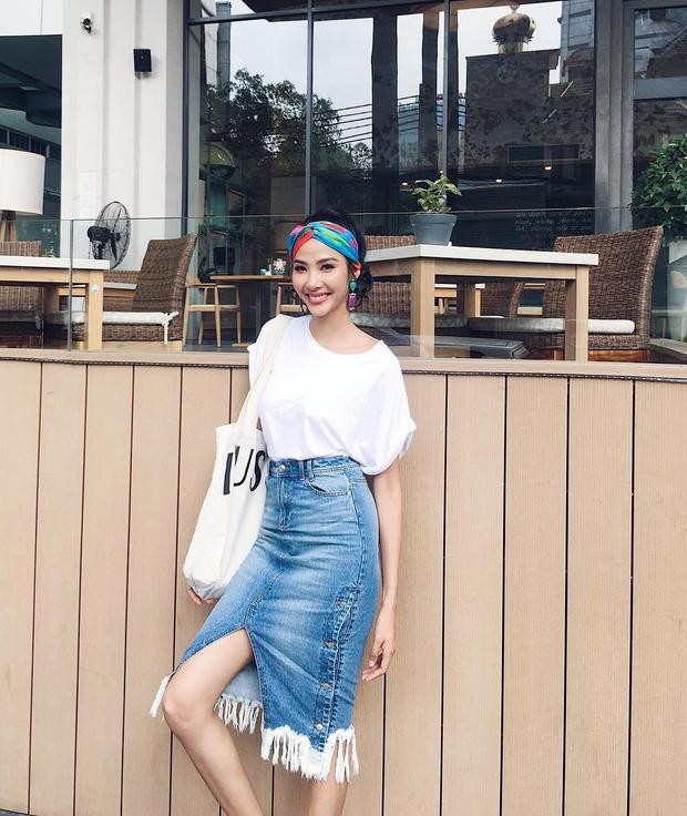 Bộ cánh nhẹ nhàng với áo phông trắng cùng chân váy jeans tua rua là lựa chọn của Hoàng Thùy khi xuống phố. Á hậu Hoàn vũ Việt Nam 2017 cũng sử dụng khăn turban cột đầu để tạo điểm nhấn cho set đồ.