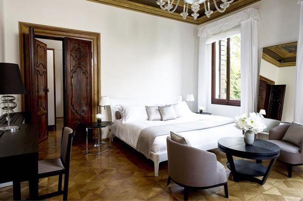 Ngày đầu tiên, họ di chuyển đến Venice. Những người giàu có nói chung nhanh chóng di chuyển theo lối nhập cư - cho phép họ đến thẳng phòng khách sạn mà chẳng tốn nhiều thời gian. Một chiếc thuyền riêng đưa khách đến các căn hộ cao cấp tại Venice Aman, nằm trên Canal Grande.