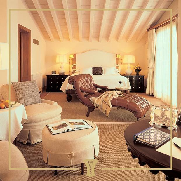 Đêm đến, đoàn khách sẽ dừng chân tại Grand Hotel a Villa Feltrinelli. Trong mùa opera, Nota Bene có thể sắp xếp một chuyến đi bằng trực thăng và xe limousine tới Verona để ăn tối và nghe biểu diễn nhạc kịch.