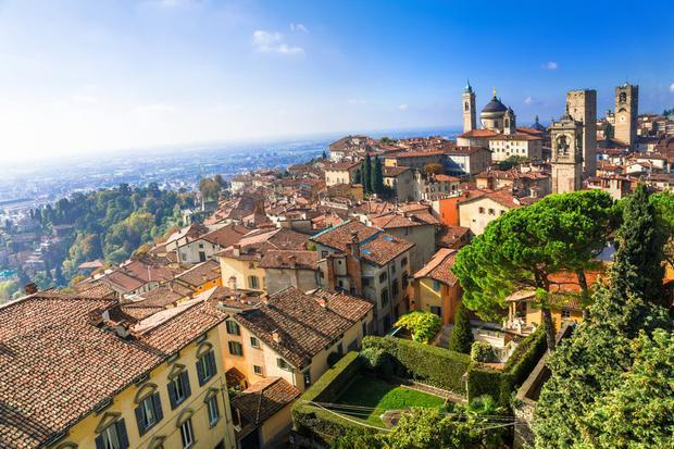Chuyển qua ngày thứ 7, đoàn tỷ phú sẽ lái xe Ferrari tới Bergamo để khám phá khu vườn thực vật của thành phố cổ kính và dùng cáp treo tham quan.