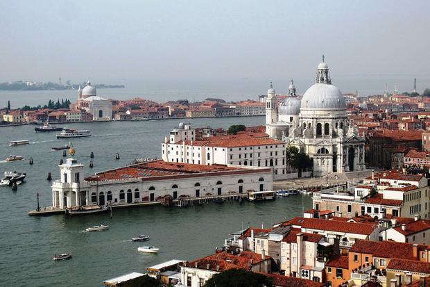 Lịch trình tham quan ở Venice còn bao gồm trụ sở chính của Prada và Punta della Dogana.