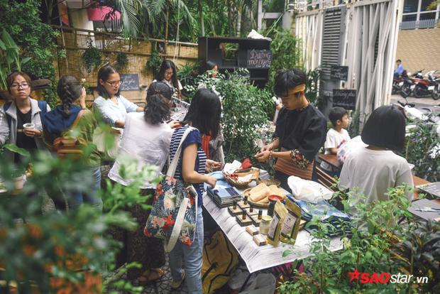 Kéo dài từ 9h sáng đến 9h tối, phiên chợ đặc biệt này thu hút hàng trăm bạn trẻ tới tham quan.