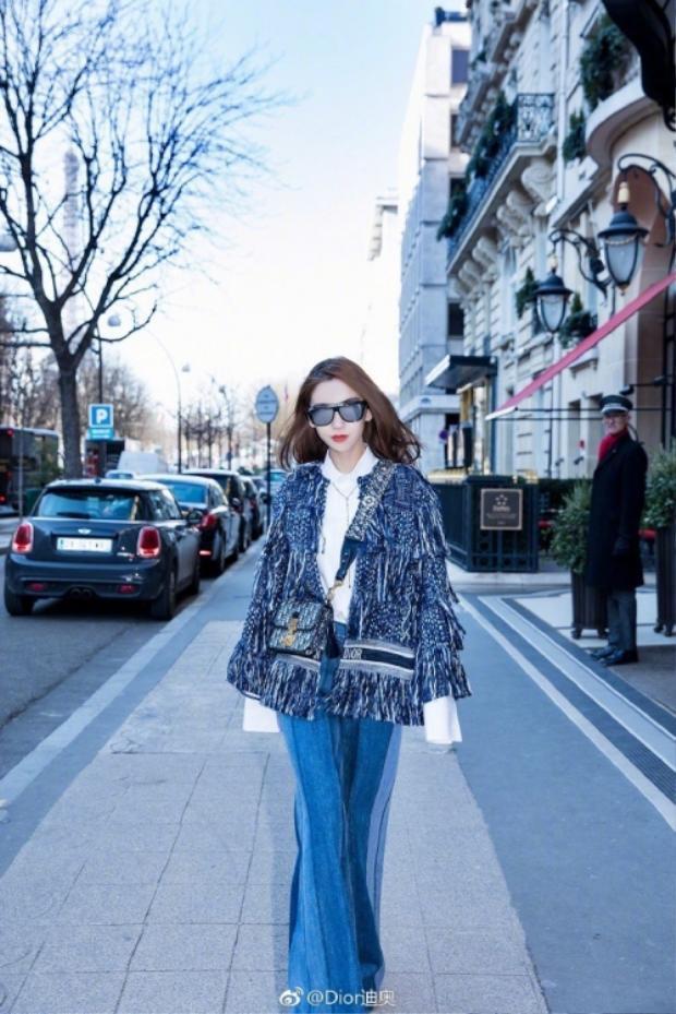 Nếu Tóc Tiên phối áo thun trẻ trung cho set đồ gồm quần jean và áo khoác ngoài thì bà xã Huỳnh Hiểu Minh phối áo sơ mi trắng tạo nét thanh lịch và sang chảnh cho tổng thể.