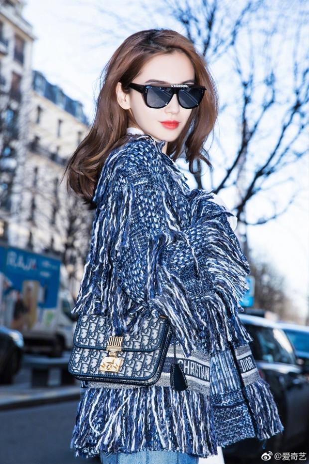 Cô mix phụ kiện là chiếc túi cùng thương hiệu Dior đắt đỏ. Cách phối trang phục, phụ kiện của Angela Baby khá giống người mẫu trình diễn bộ trang phục này trước đó trên sàn runway.