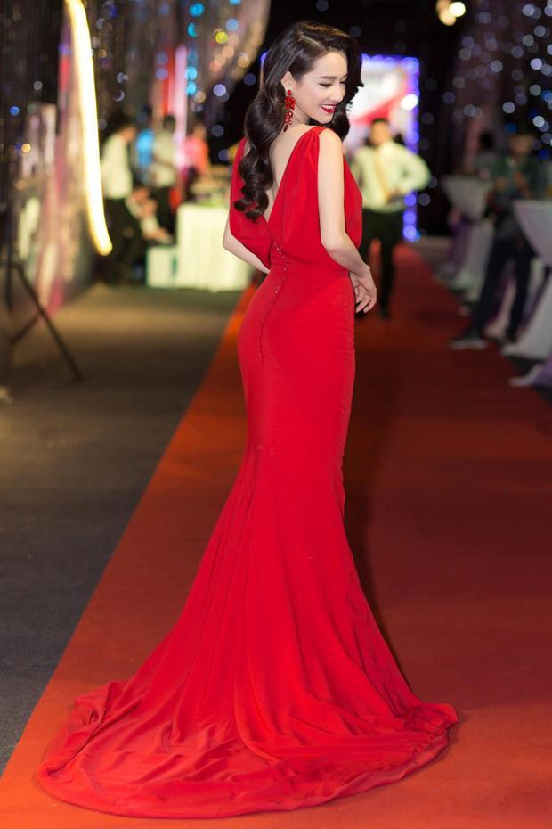 Tại một sự kiện vào tối 25/3, Nhã Phương diện đầm đuôi cá màu đỏ rực cùng tông trang điểm sắc sảo. Với làn da trắng, màu đỏ của chiếc đầm càng khiến diễn viên sinh năm 1990 nổi bật một cách đầy sang trọng, quý phái.