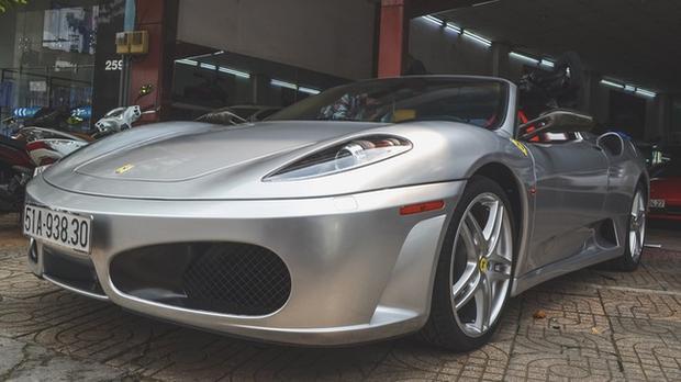 Một trong những chiếc xe mới nhất ông Vũ bổ sung vào bộ sưu tập của mình là Ferrari F430 Spider. Theo một số nguồn tin, chiếc xe này thuộc diện đã qua sử dụng. Ban đầu nó được sơn màu đỏ nguyên bản nhưng ông Vũ quyết định dán lại decal màu xám.