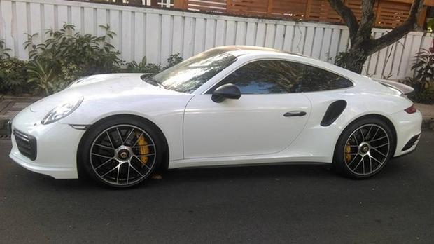 Chiếc Porsche 911 Turbo S 2016 trắng muốt này cũng có tên trong danh sách bộ sưu tập xe của ông Vũ.
