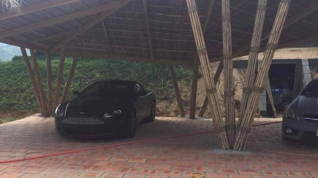 Aston Martin DB9 đen tuyền lặng lẽ nhưng cực kì tinh tế.