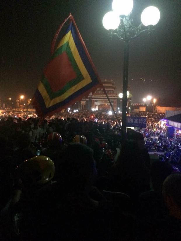 Sau khi lễ hội kết thúc, dòng người ùn ùn đổ ra bên ngoài.