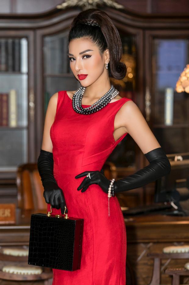 Với trang phục này, Khả Trang được ê-kip tạo kiểu tóc cùng các trang sức, phụ kiện đi kèm như vòng tay, túi cầm tay dạng hộp làm bật lên nét sang trọng, quý phái vốn đã ngự trị sẵn trong hình ảnh của Khả Trang trước nay.