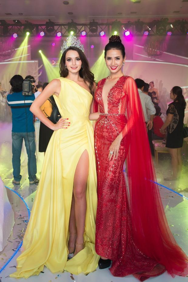 Phan Thị Mơ đã có dịp hội ngộ Miss World Tourism Ambassador 2017 người NgaAibedullina Talliya.