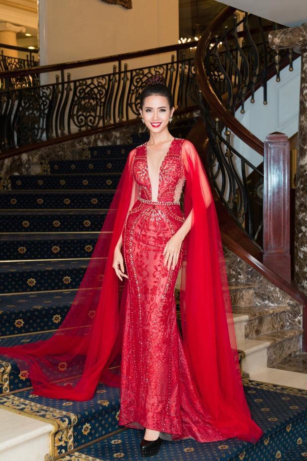 Thiết kế váy xẻ sâu khoe đôi gò bồng đảo một cách đầy tinh tế và quyến rũ. Sắc áo đỏ được cô ngẫu nhiên lựa chọn lại là màu áo được khá nhiều sao nữ tại sự kiện yêu thích.