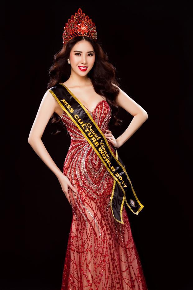 Cuối cùng cô gái trẻ đã chứng minh đam mê bằng sắc vóc hoàn hảo và năng lực của bản thân với vương miệng Hoa hậu Văn hóa Thế giới 2017.