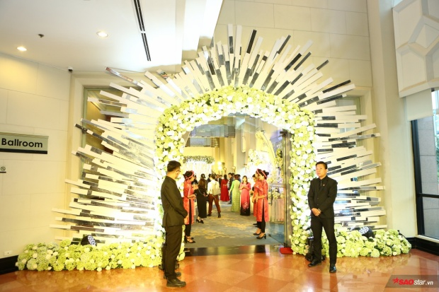 Khắc Việt rơm rớm, khoá môi cô dâu hai lần cực ngọt trong đám cưới ở Hà Nội