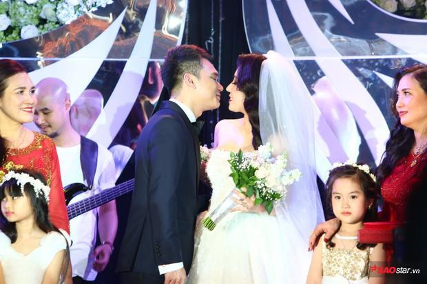 Dàn xe khủng nối đuôi nhau trong đám cưới Khắc Việt ở Hà Nội