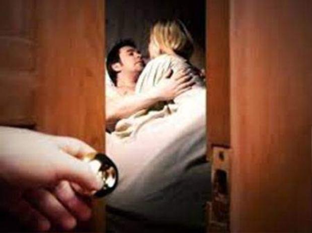 """Người vợ choáng váng bởi những lần chồng đưa """"em gái kết nghĩa"""" về phòng ngủ của hai vợ chồng."""