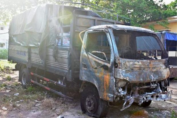 Xe tải hư hỏng hoàn toàn sau vụ va chạm.