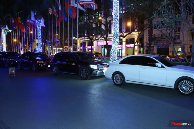 """2 chiếc Mercedes hạng sang, xếp sau lần lượt là BMW và Range Rover. Những hình ảnh khiến người hâm mộ """"xuýt xoa"""" cũng như tò mò về gia thế những khách mời đến dự đám cưới Khắc Việt."""