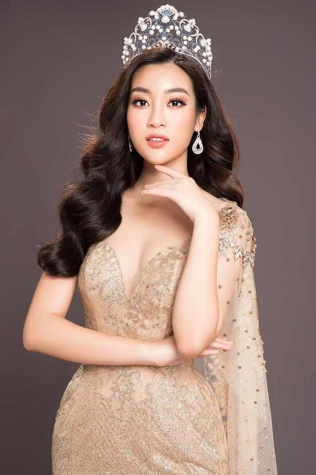 """Hoa hậu Đỗ Mỹ Linh chia sẻ: """"Hoa hậu Việt Nam sẽ là ký ức thanh xuân đẹp đẽ nhất mà Linh may mắn có được. Kết thúc 2 năm đương nhiệm, Linh cảm thấy một chút vui, một chút buồn, một chút luyến tiếc nhưng cũng vô cùng hào hứng chào đón Hoa hậu Việt Nam 2018. Linh đã sẵn sàng trao lại vương miện của mình cho người kế nhiệm xứng đáng, hi vọng cô gái đó sẽ thay Linh tiếp tục cống hiện những dự án có ích cho xã hội và cộng đồng""""."""